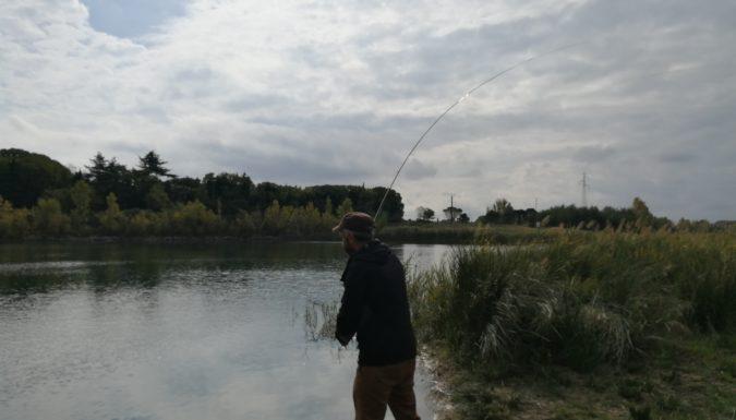Pêcheur à la mouche sur les plans d'eau de Vergèze dans le Gard